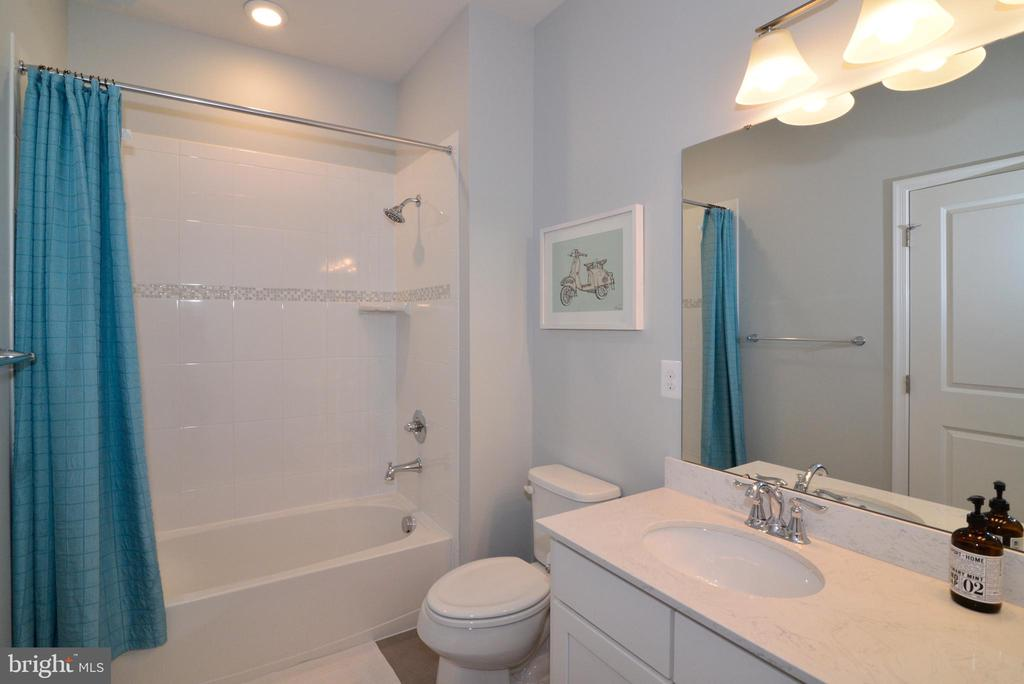 Upper hall bath shower - 24890 DAHLIA MANOR PL, ALDIE