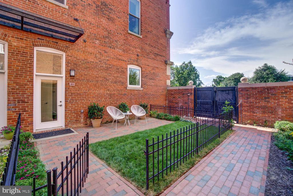 Private patio (east facing) - 1341 MARYLAND AVE NE #103, WASHINGTON