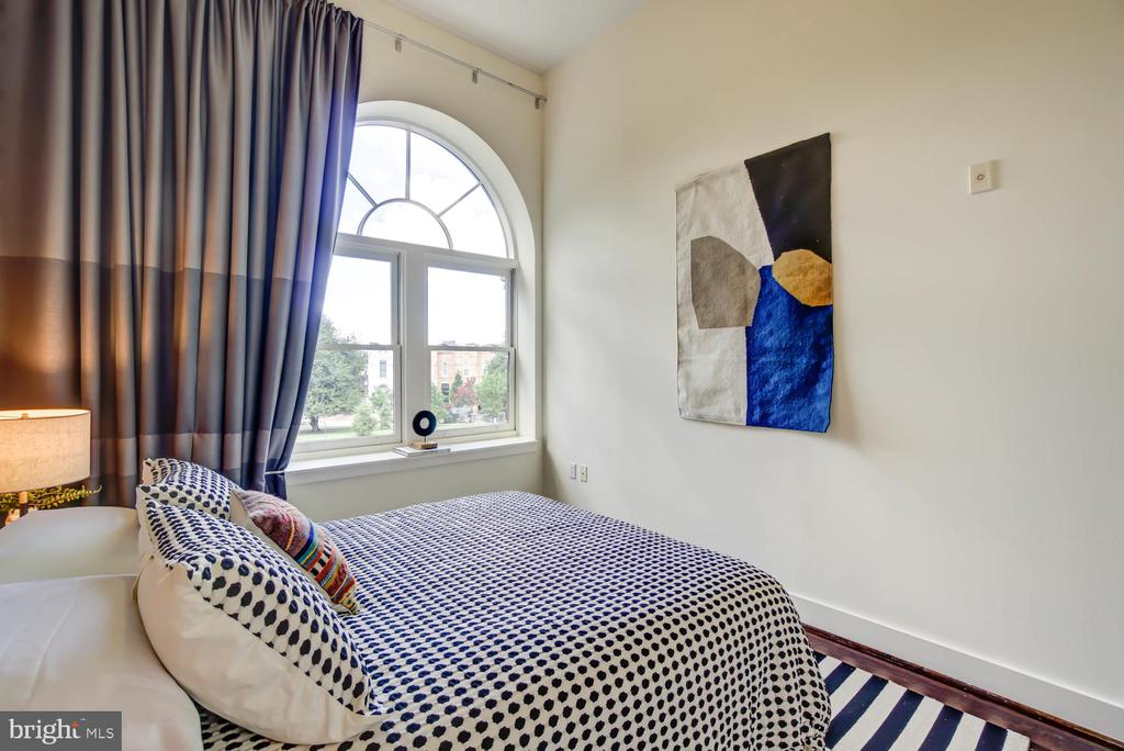 Guest Bedroom with a Palladian window - 1341 MARYLAND AVE NE #103, WASHINGTON