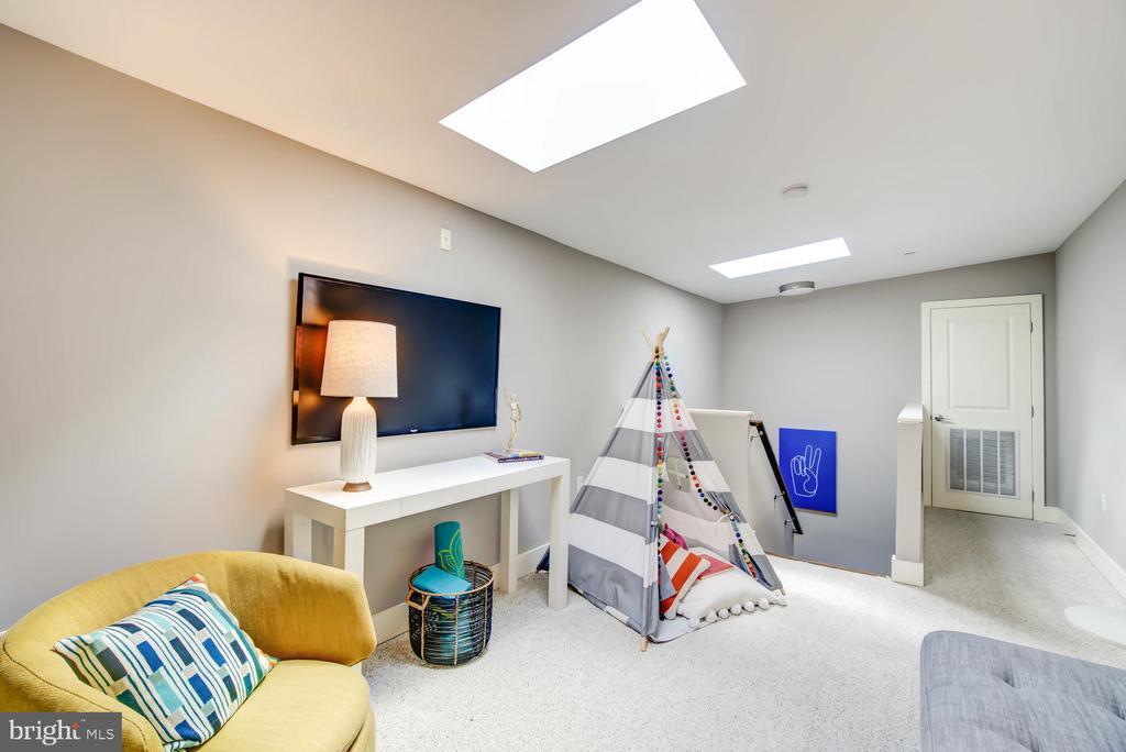 Bright third floor room with skylight - 1341 MARYLAND AVE NE #103, WASHINGTON