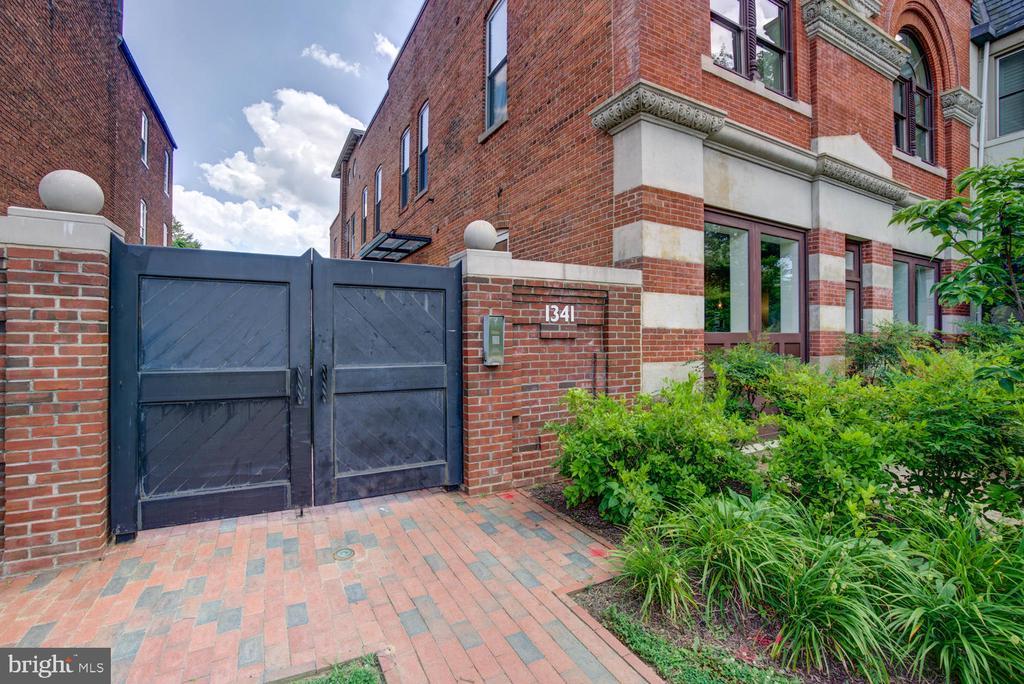 Gated community - set back from Maryland Ave - 1341 MARYLAND AVE NE #103, WASHINGTON