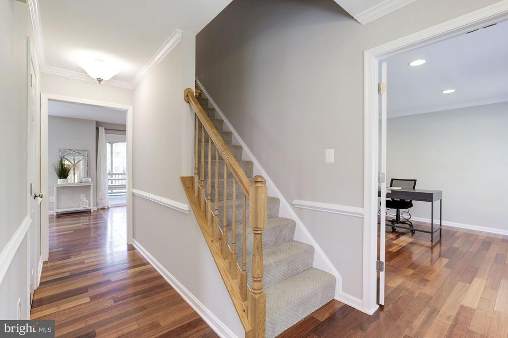 Foyer with hardwood flooring. - 43451 ELMHURST CT, ASHBURN