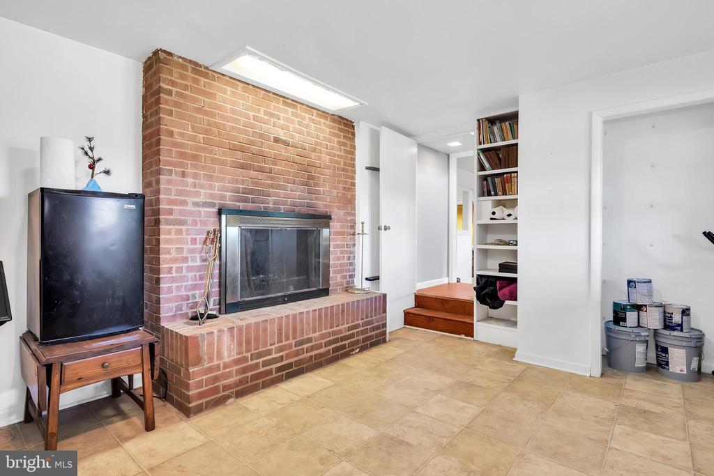 23874 Aldie Dam - Lowel Level Rec Room w Fireplace - 23880 ALDIE DAM RD, ALDIE