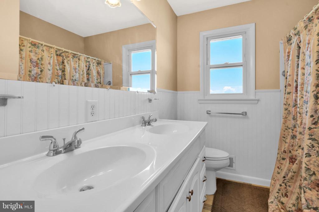23874 Aldie Dam - Hall Bath w/ Dual Sinks - 23880 ALDIE DAM RD, ALDIE