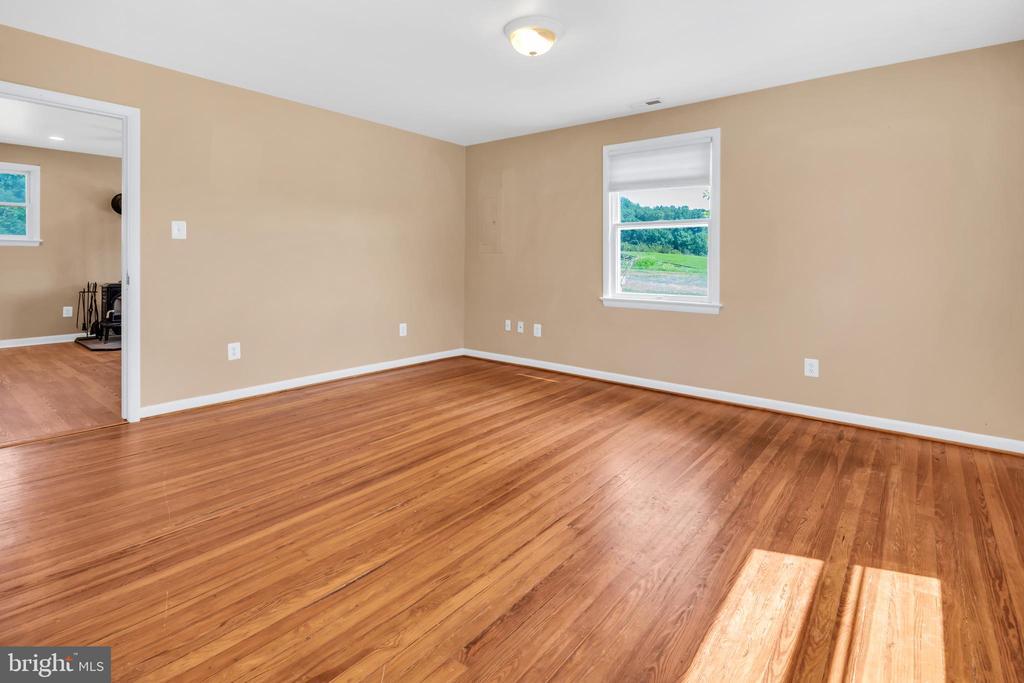 23880 Aldie Dam Rd - Family Room w/ HWFs - 23880 ALDIE DAM RD, ALDIE
