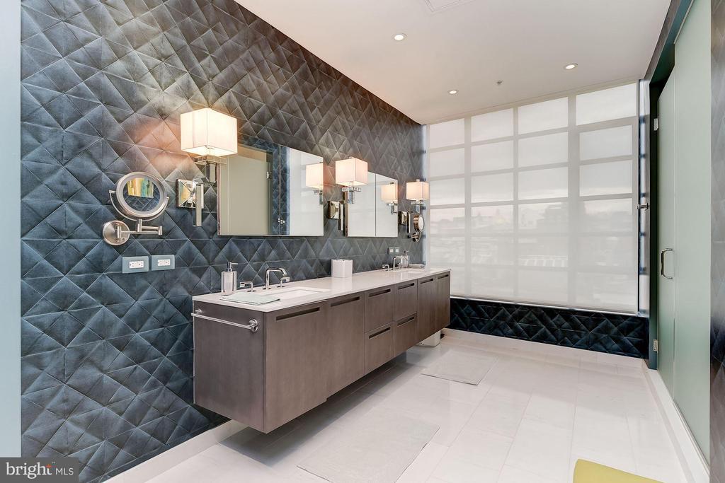 OWNER'S BATH - 1055 WISCONSIN AVE NW #4E, WASHINGTON