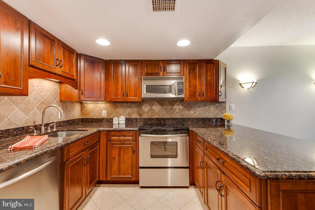 Gorgeous renovated kitchen with stainless - 1099 22ND ST NW #304, WASHINGTON