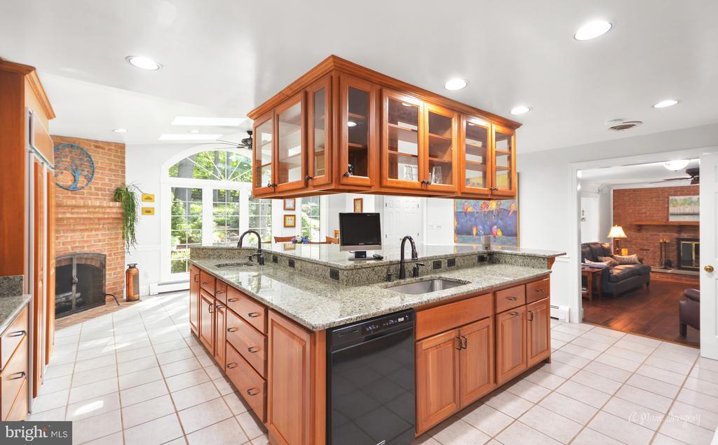 Gourmet kitchen with huge center island - 10095 DUDLEY DR, IJAMSVILLE