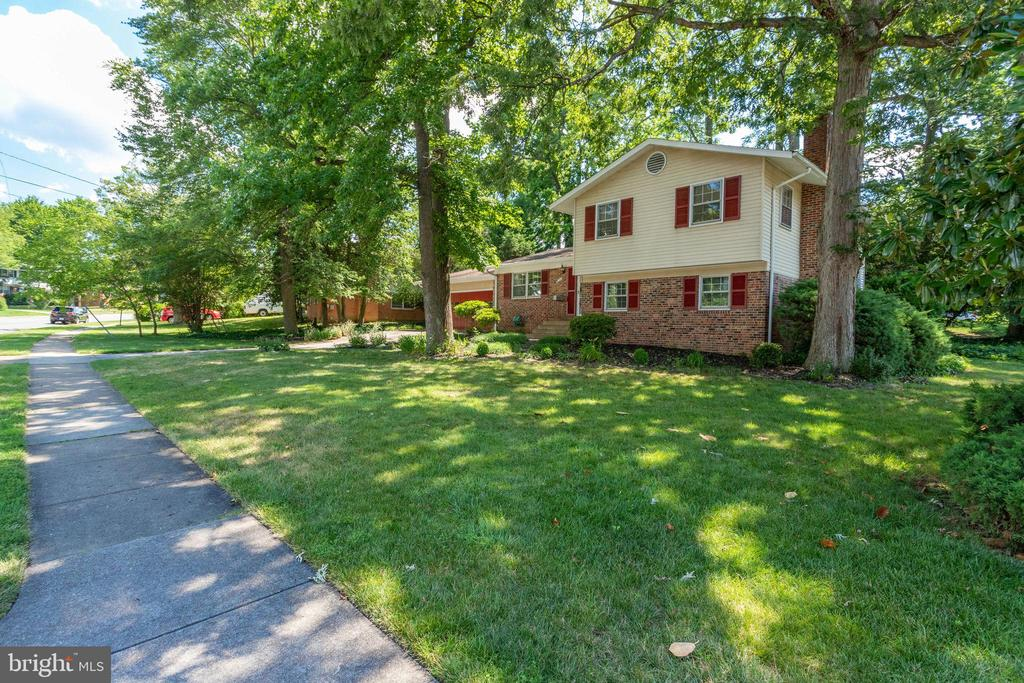 Situated on large corner lot - 6100 THOMAS DR, SPRINGFIELD