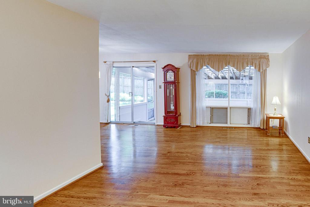 Gorgeous hardwoods in sunny living room - 6100 THOMAS DR, SPRINGFIELD