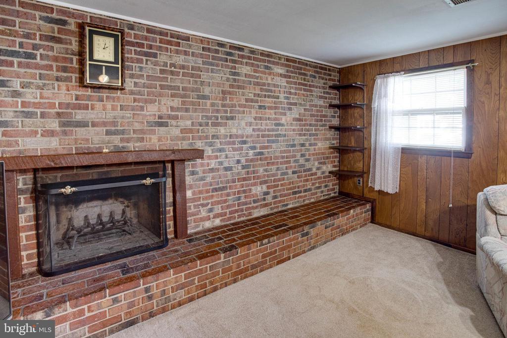Gorgeous, traditional brick, wood burning FP - 6100 THOMAS DR, SPRINGFIELD