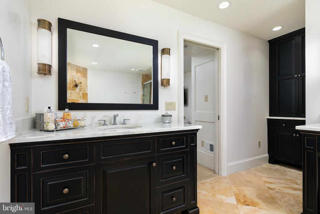 Master Bath - Separate Vanities & Water Closet - 10616 CANTERBERRY RD, FAIRFAX STATION