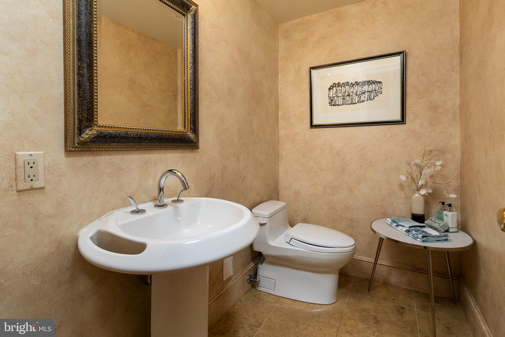 Half Bath off Family Room & Study - 10616 CANTERBERRY RD, FAIRFAX STATION