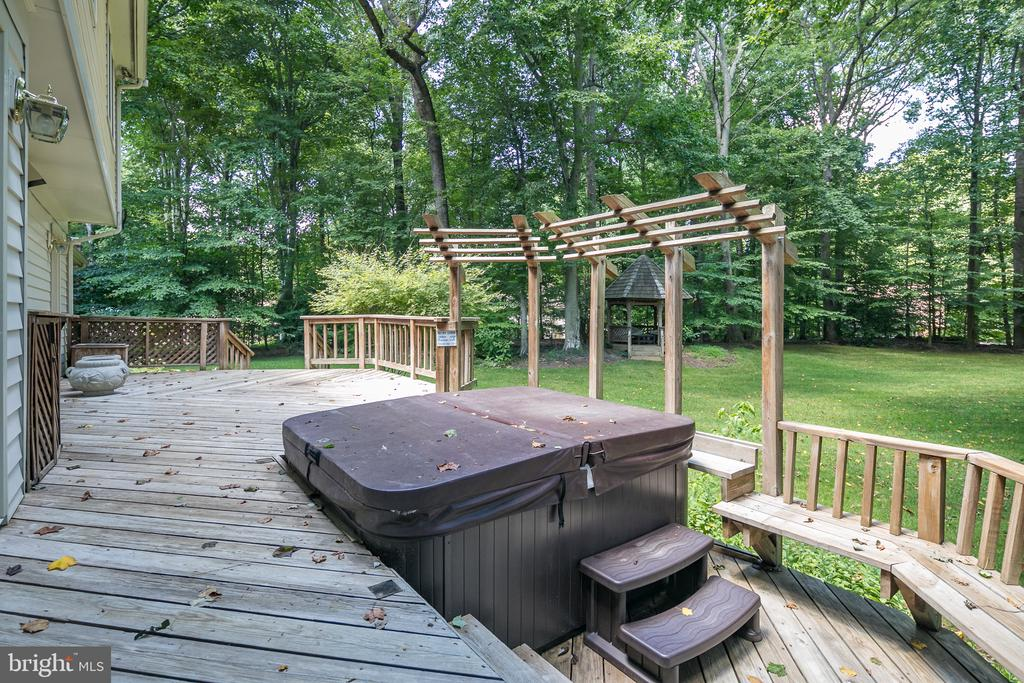 Sprawling Deck with Hot Tub - 10616 CANTERBERRY RD, FAIRFAX STATION