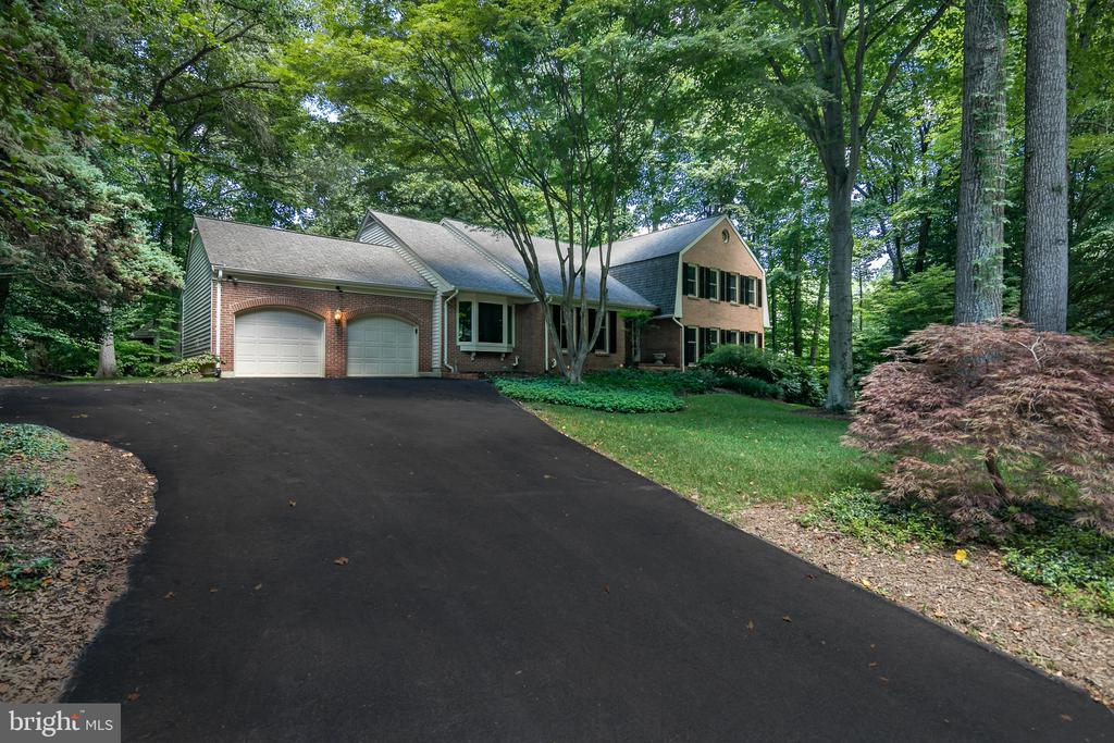 Beautifully Landscaped Yard both front & back! - 10616 CANTERBERRY RD, FAIRFAX STATION