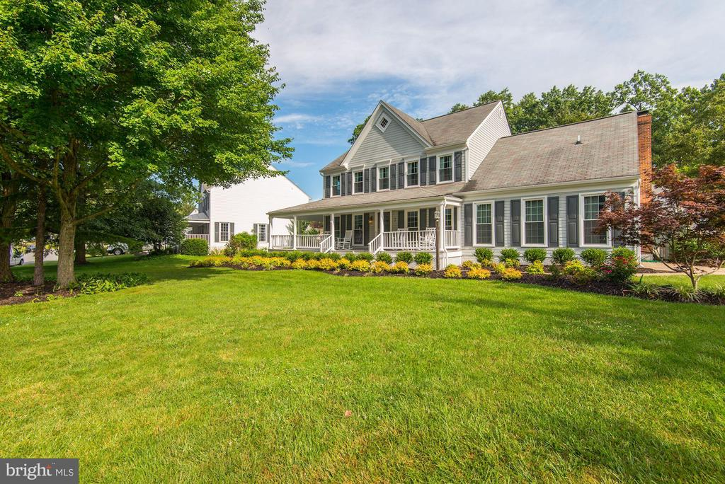 Large & beautifully landscaped front yard - 7 CRISSWELL CT, STERLING