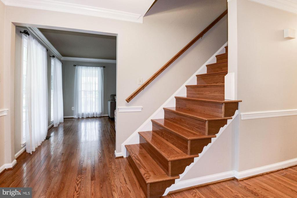 Entry/Foyer with hardwood floors - 7 CRISSWELL CT, STERLING