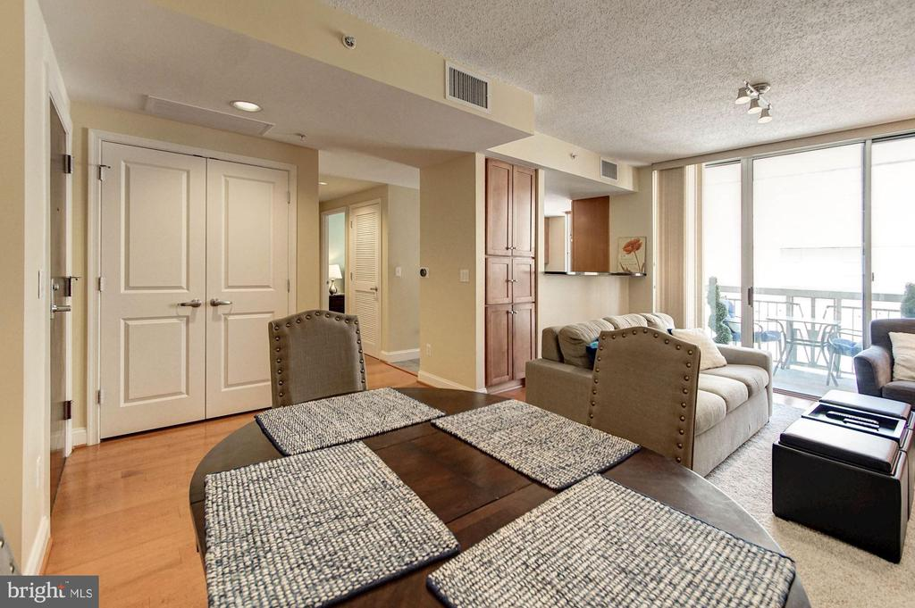 Dining area overlooking the living area - 1020 N HIGHLAND ST #413, ARLINGTON
