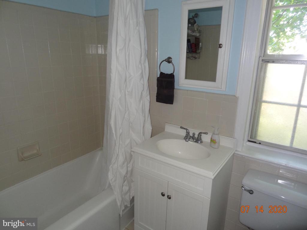 Full Bath with Shower Tub - 2411 ARLINGTON BLVD #201, ARLINGTON
