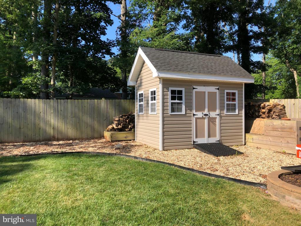 Handy custom storage shed - 3805 COLONIAL AVE, ALEXANDRIA