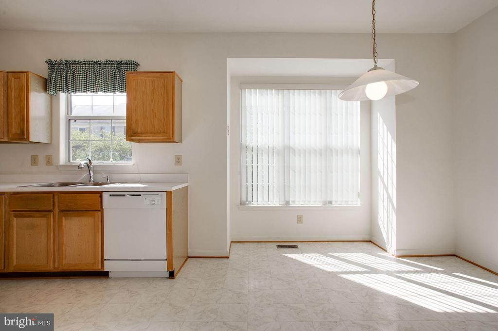 Kitchen and eating area - 2504 CLOVER FIELD CIR, HERNDON