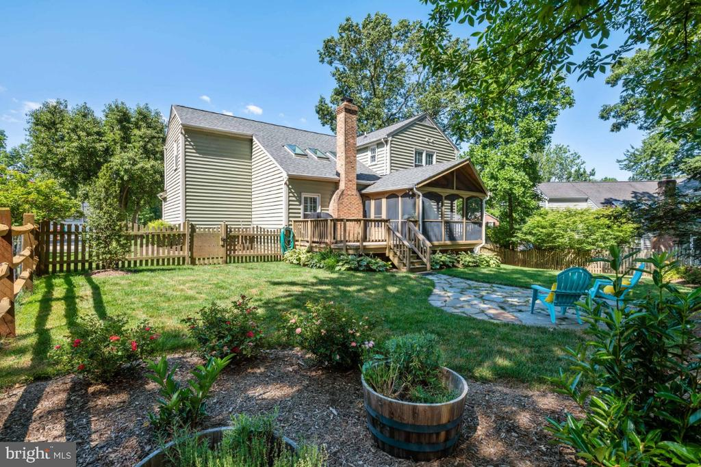 Professionally landscaped back yard - 3619 ELDERBERRY PL, FAIRFAX
