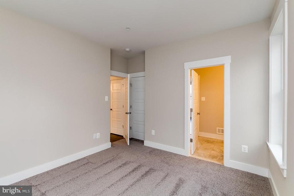 Main level guest bedroom w full bath - 6823 W SHAVANO, NEW MARKET