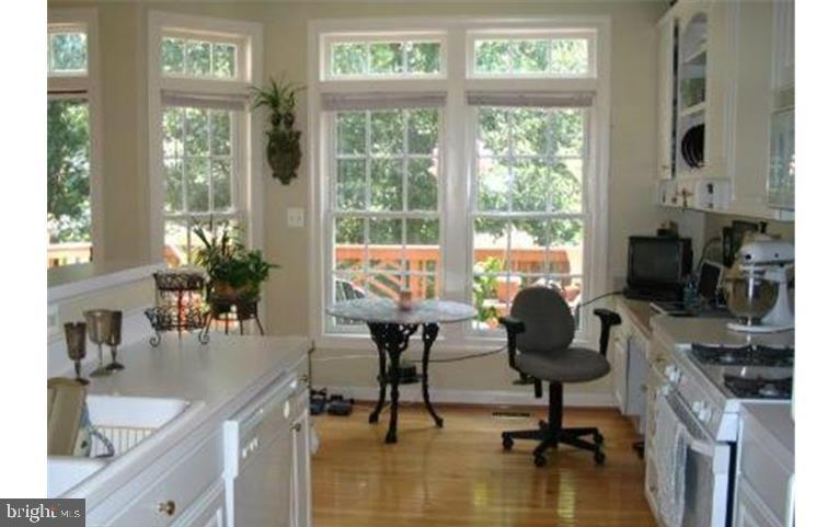 MMK Realty LLC KItchen work station, seating area - 6659 DEBRA LU WAY, SPRINGFIELD