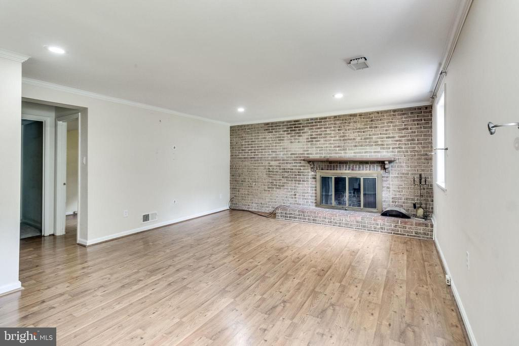 Brick walled wood burning fireplace - 4702 DECLARATION CT, ANNANDALE