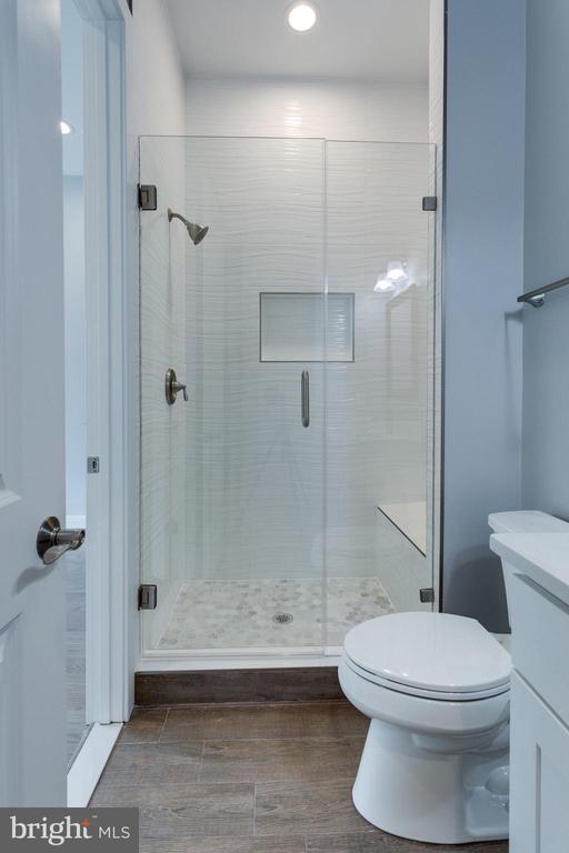 Full Bathroom - 7411 NIGH RD, FALLS CHURCH