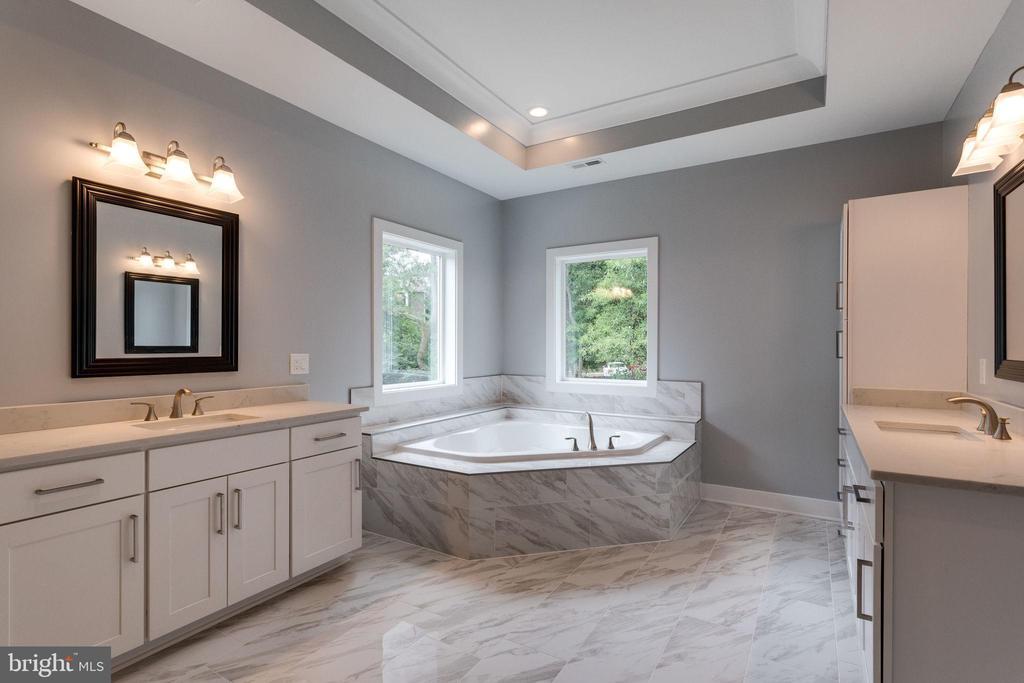Master Bathroom w/ Double Vanity - 7411 NIGH RD, FALLS CHURCH