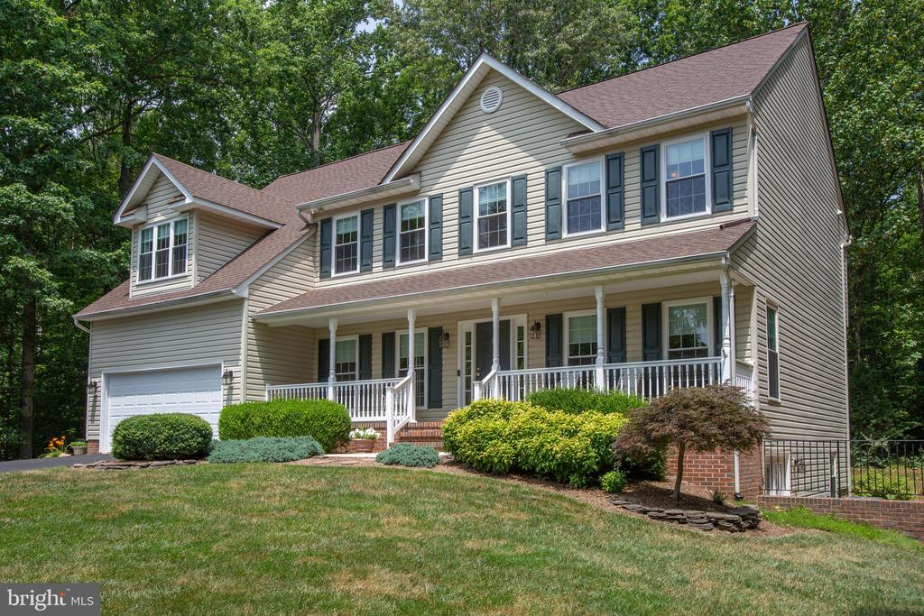 Inviting front porch welcome you in - 9101 SNOWY EGRET CT, SPOTSYLVANIA