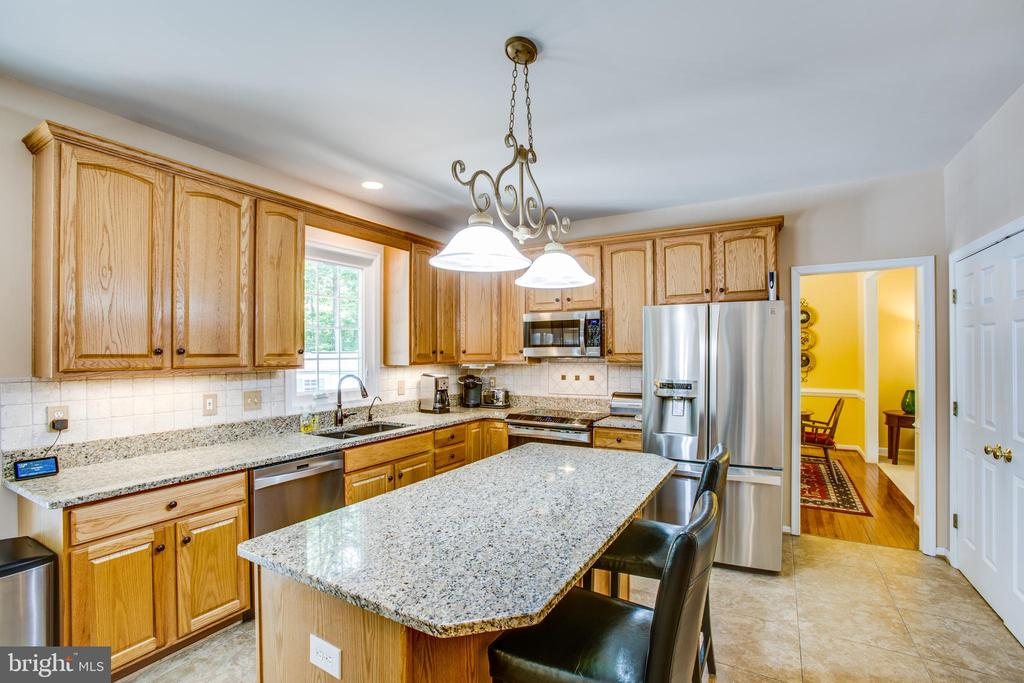 Spacious cabinets and stainless steel appliances - 9101 SNOWY EGRET CT, SPOTSYLVANIA