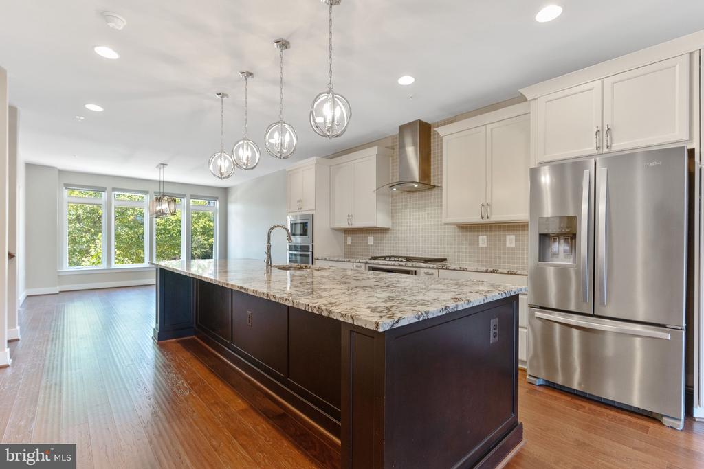 Gourmet Kitchen with Designer Lighting - 42394 WILLOW CREEK WAY, BRAMBLETON