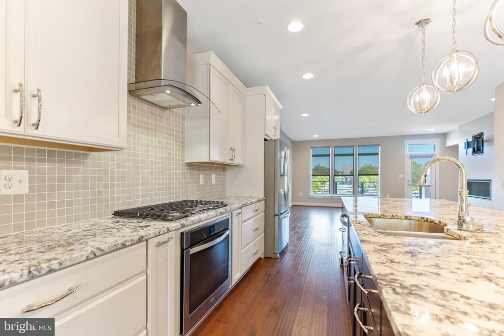 Stunning Contemporary Kitchen - 42394 WILLOW CREEK WAY, BRAMBLETON