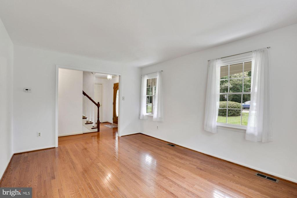 Living room - 5038 DEQUINCEY DR, FAIRFAX