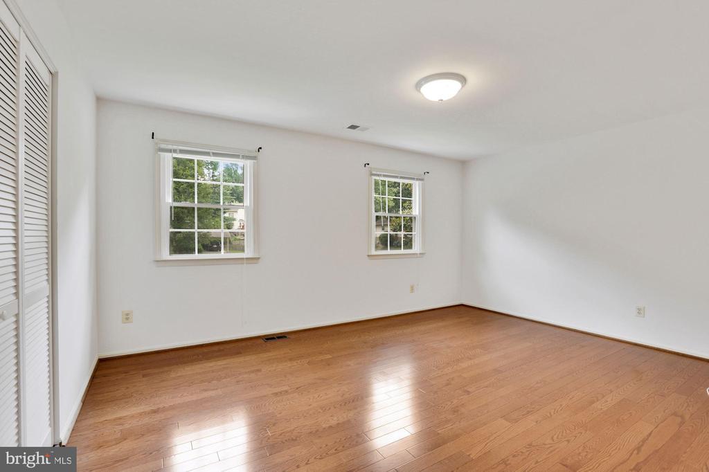 Bedroom 4 with hardwood floors - 5038 DEQUINCEY DR, FAIRFAX
