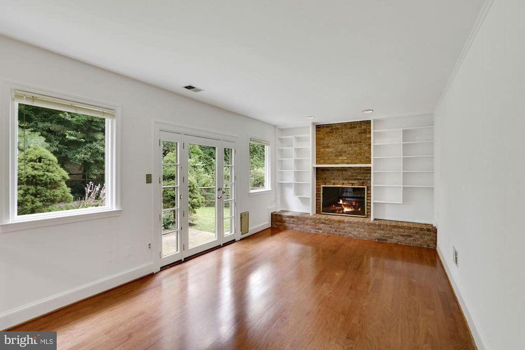 Family room with extra windows - 5038 DEQUINCEY DR, FAIRFAX