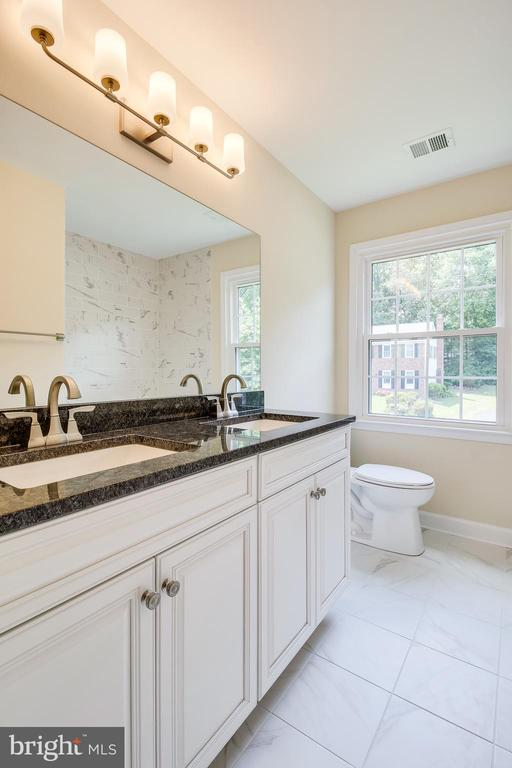 Hall Bath with Double Vanities - 4915 KING SOLOMON DR, ANNANDALE