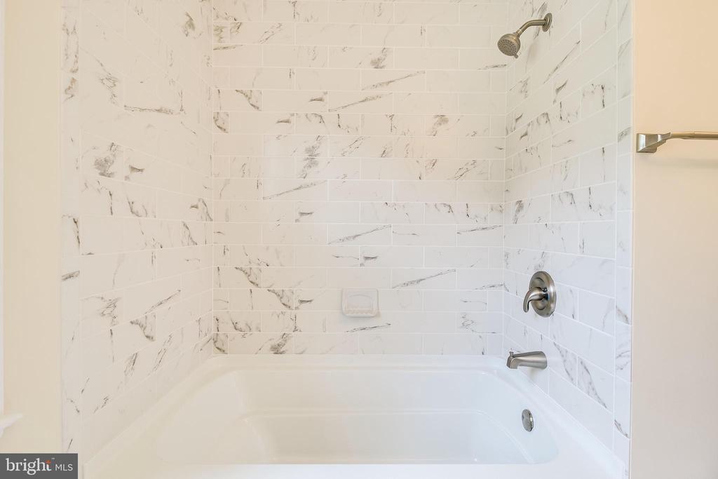 Hall Bathtub - 4915 KING SOLOMON DR, ANNANDALE