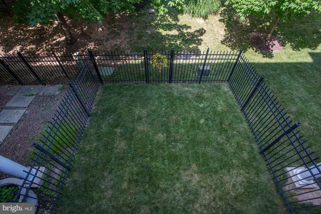 Spacious Fenced Rear Yard - 12197 CHANCERY STATION CIR, RESTON