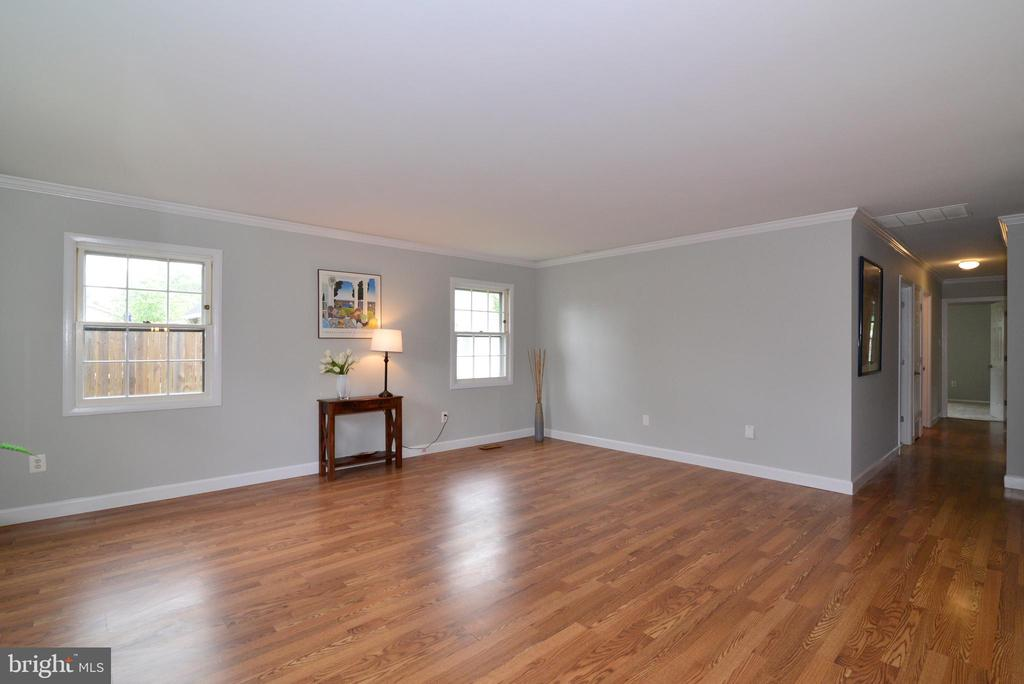 Living room and hallway - 4224 MAYLOCK LN, FAIRFAX