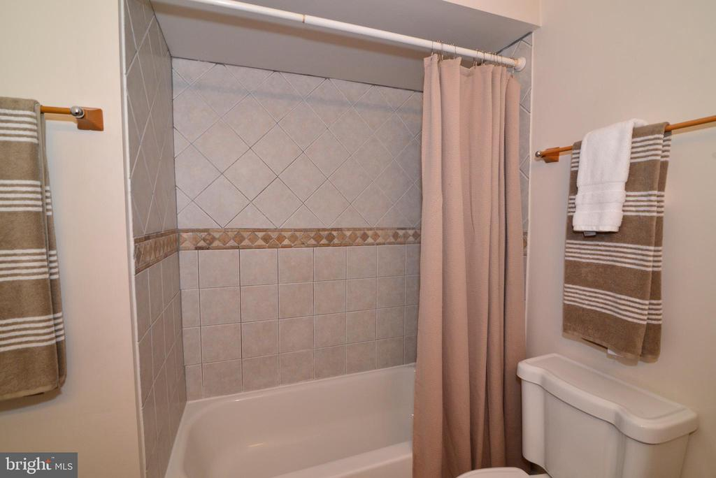 Hall bath - 4224 MAYLOCK LN, FAIRFAX