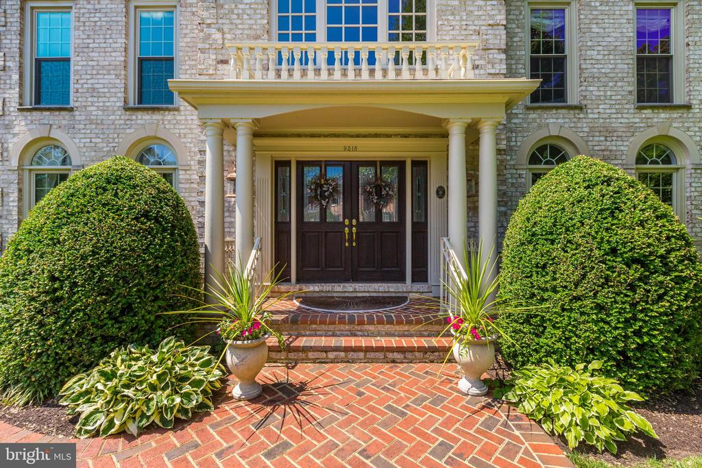 All brick, 6,000 sf Colonial - 9318 LUDGATE DR, ALEXANDRIA