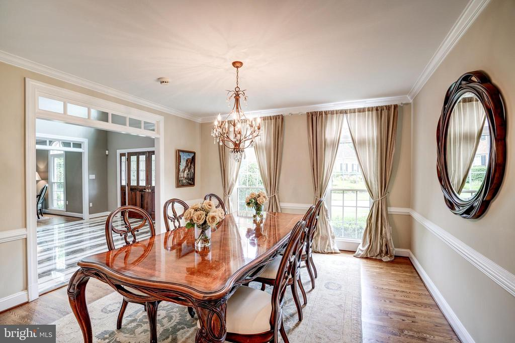 Host large dinner parties - 9318 LUDGATE DR, ALEXANDRIA