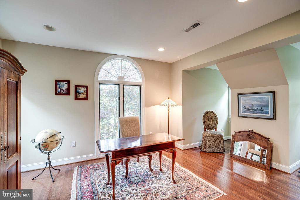 Sitting area or office space off master bedroom - 9318 LUDGATE DR, ALEXANDRIA