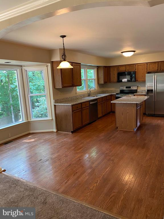 Kitchen with table space! - 15138 HOLLEYSIDE DR, DUMFRIES
