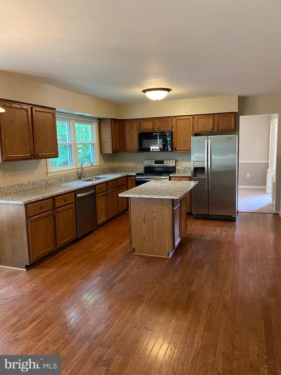 Large open kitchen w new granite and SS appliances - 15138 HOLLEYSIDE DR, DUMFRIES