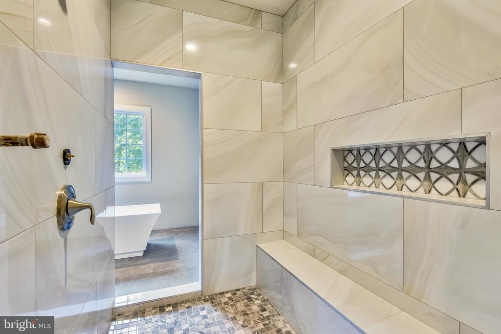 Dual entry shower with long bench in owners suite - 9524 LEEMAY ST, VIENNA