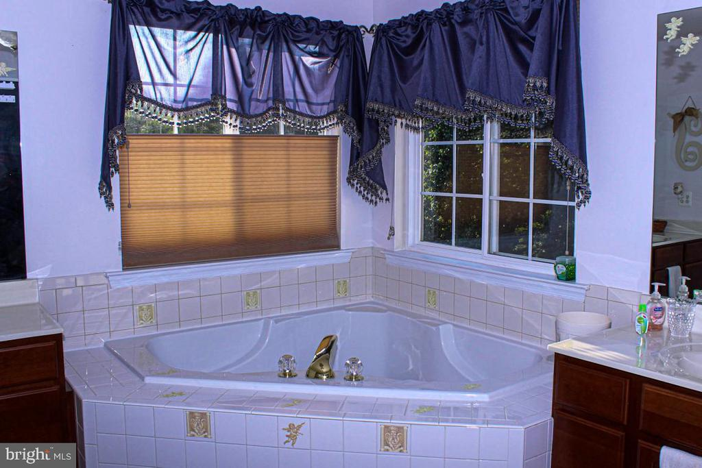 corner soaking tub - 3220 LACROSSE CT, DUNKIRK